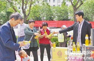 爱心企业家田玉刚  牧野广场义卖饮料奉献爱心