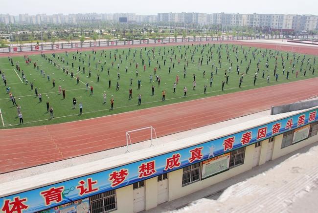 辉县市吴村镇中心校举行足球操汇演