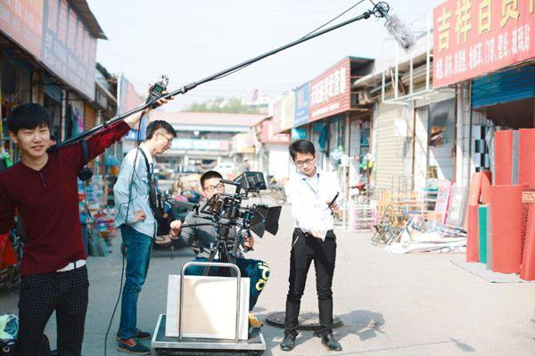 河南本土方言公益微电影《骑行追踪》在郑开拍
